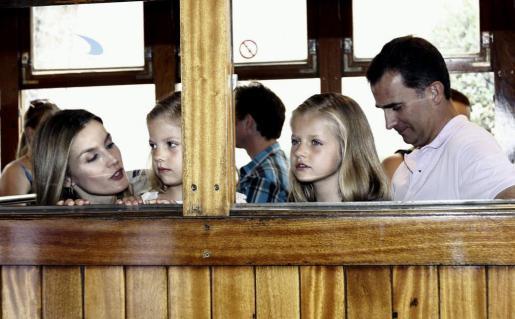 Los príncipes de Asturias junto con sus hijas, las infantas Leonor y Sofía, durante una excursión familiar esta tarde a Sóller a bordo del tren turístico que sale de Palma desde 1912 y que este año celebra su primer centenario.