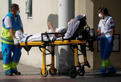Un paciente de COVID-19, en el momento de ingresar este viernes en Urgencias del Hospital 12 de Octubre, en Madrid.