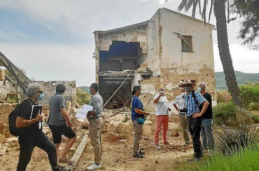 Imagen de los investigadores de la UIB inspeccionando la finca de Can Fasser.
