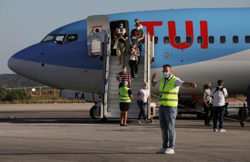 Turistas alemanes bajando de un vuelo de TUI.