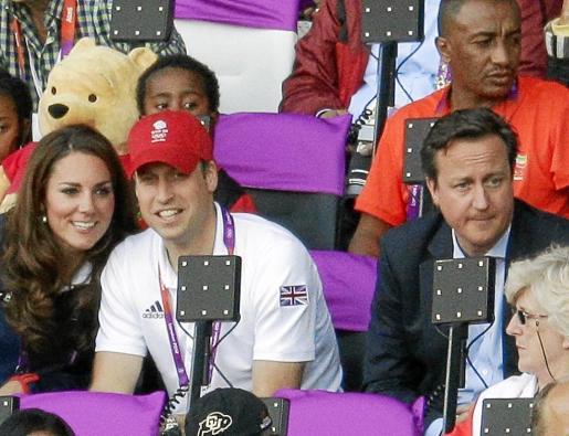 Mientras Cameron disfruta de los Juegos Olímpicos junto a la Familia Real, la situación política se le complica.