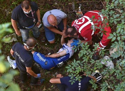 Imagen del joven ciclista belga Remco Venepoel tras caerse por un puente durante la etapa del Giro de Lombardía.