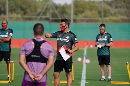 El entrenador del Real Mallorca, Luis García Plaza, da instrucciones a sus jugadores durante un entrenamiento en Son Bibiloni.