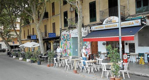 La imagen muestra como las terrazas no están sobre la plaza, sino en la zona de aparcamiento que la rodea.