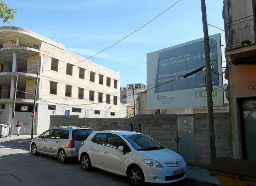 Las obras de los pisos en Manacor, ubicados en la calle Lleó XIII número 15, se han adjudicado a una UTE y se han valorado además los criterios medioambientales y sociales. La previsión es que a mediados de septiembre se empiece el proyecto que tiene una ejecución de 14 meses.