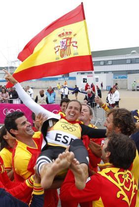 Los compañeros mantean a la española Marina Alabau tras ganar el oro en la final de RS:X .