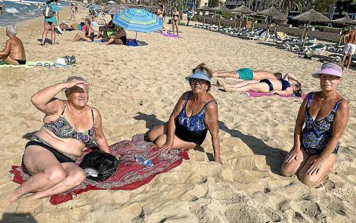 Isabel, María y Consuelo, asiduas a la playa de Can Pere Antoni.