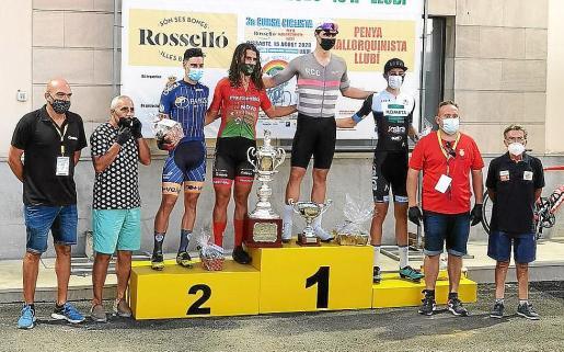 Miguel Induirain júnior, en lo más alto del podio, junto a los demás corredores premiados.