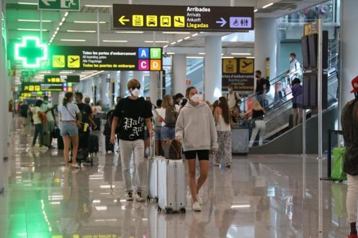 Imagen de pasajeros en el aeropuerto de Palma.