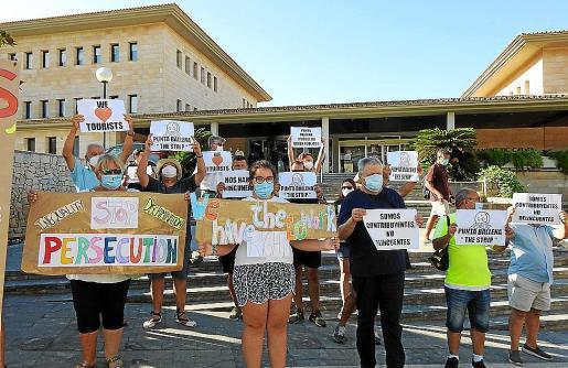Imagen de la concentración frente al Ajuntament de Calvià.