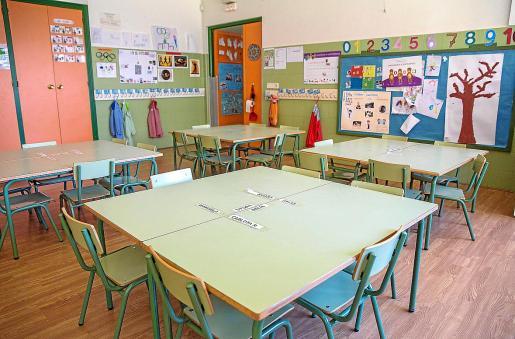 Hasta ahora se había buscado un ambiente de aulas que permitiera la cooperación y la participación entre alumnos. Ahora, el coronavirus obliga a que los niños estén solos en un pupitre individual, evitando tocar otros objetos dentro del aula.