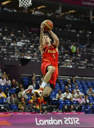 Rudy Fernandez se dispone a encestar contra Francia durante el partido de baloncesto de cuartos de final de los Juegos Olímpicos Londres.