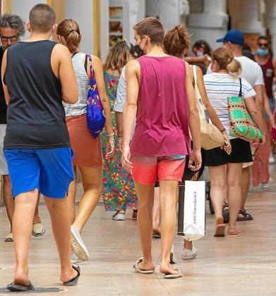 Jóvenes paseando por una calle en Menorca. El Govern busca cómo hacerles llegar el mensaje de que el coronavirus no ha desaparecido y que les afecta. Están en la edad de la rebeldía y se sienten seguros de sí mismos, según los expertos.