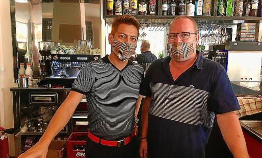 Gabriel, otro de los gerentes, junto a Uwe en el bar.