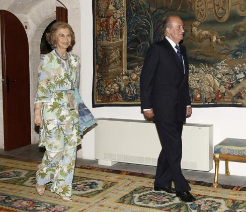Los Reyes a su llegada a la tradicional cena que junto con los Príncipes de Asturias ofrecen a las autoridades de Baleares con motivo de su estancia veraniega en Palma.