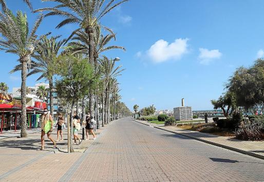 El paseo de la Playa de Palma sin apenas turistas es la imagen simbólica que refleja el fin de la temporada en pleno mes de agosto, con cancelaciones masivas y fin adelantado de las vacaciones para miles de turistas.