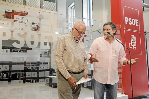 Los dirigentes sindicales Manuel Bonmati, de CCOO (i), y Fernando Lezcano, de UGT, ayer en la sede del PSOE.