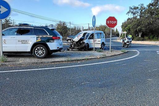 El accidente con heridos leves se produjo ayer en el peligroso cruce de la carretera de Sineu.