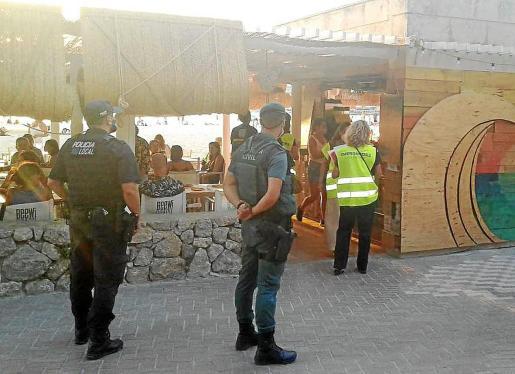 Agentes de la Policía Local de Calvià, junto con la Guardia Civil e inspectores del Govern, continúan llevando a cabo campañas de inspección durante los fines de semana para comprobar si se cumple la normativa referente al plan de medidas excepcionales para afrontar la pandemia.