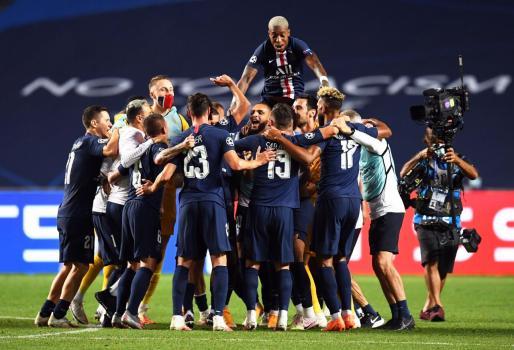 Los jugadores del PSG celebrando el pase a la final.