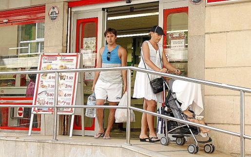 El aumento de turistas genera un gasto en la oferta comercial, caso de Can Pastilla.