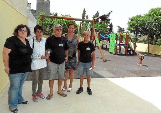 Los responsables del proyecto posan junto a algunos de los participantes.