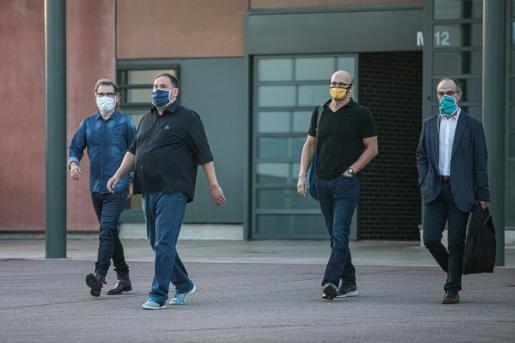 El presidente de Òmnium Cultural, Jordi Cuixart; el líder de ERC, Oriol Junqueras; y los exconsellers Raül Romeva y Jordi Turull en una salida de la prisión de Lledoners.