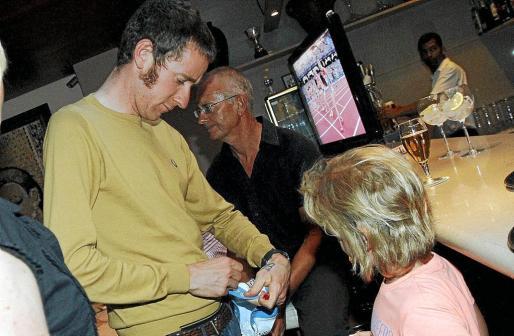 Wiggins firmando un autógrafo.
