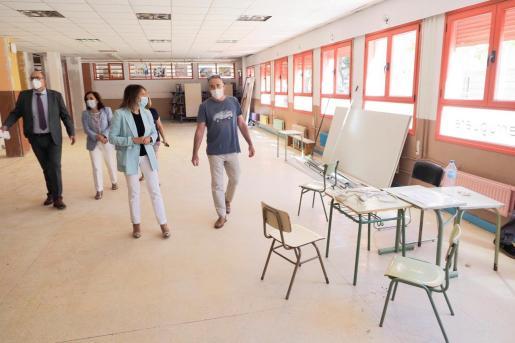 La consejera de Educación, Rocío Lucas (d), durante su visita a las obras del Colegio de Educación Infantil y Primaria CEIP 'Alonso Berruguete', a escasas semanas de empezar el curso.
