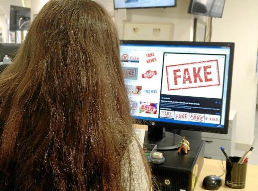 Una periodista consulta en internet una página dedicada a la desinformación y las 'fakes news'.