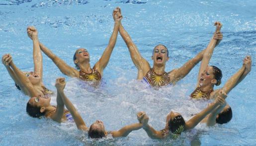 El equipo español de natación sincronizada, durante el ejercicio de rutina técnica.