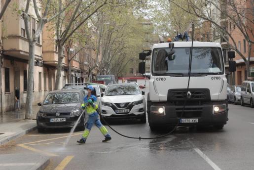 Una empleada de Emaya desinfecta las calles con lejía el pasado mes de marzo, al inicio del estado de alarma.