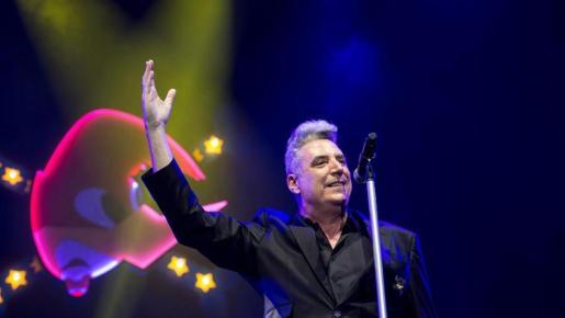 Al cantante le molestó que un vigilante de seguridad pasara por delante del escenario mientras actuaba.