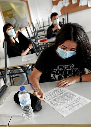 Alumnos en clases de repaso para la EBAU.