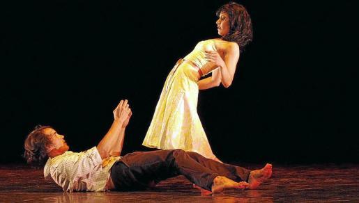 Los bailarines Alejandro Porto y Doryan Suárez, ayer, en un momento de la representación 'Rosas y hastío'. Fotos: TERESA AYUGA