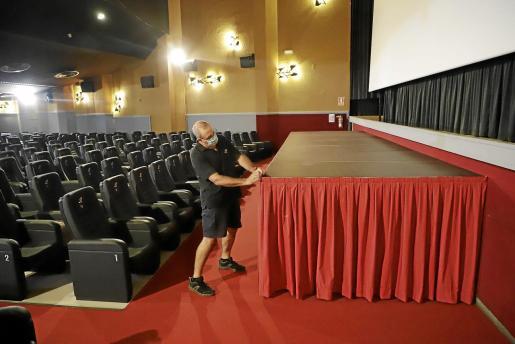 Las principales mejoras del Rívoli han consistido en los cambios en la pintura, la iluminación y la ventilación, así como la instalación de un escenario para futuras noches de teatro y monólogos.