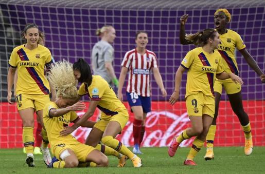 Las jugadoras del Barcelona celebran el gol ante el Atlético.