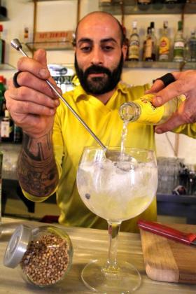 Demostración de la preparación de un gin tonic en el Bar Flexas.