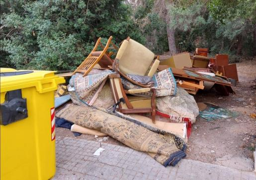 Dejar trastos tirados en la calle es una de las conductas incívicas que más quejas ciudadanas provoca.