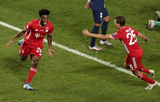 Kingsley Coman celebra con Müller el gol logrado en la gran final ante el PSG.