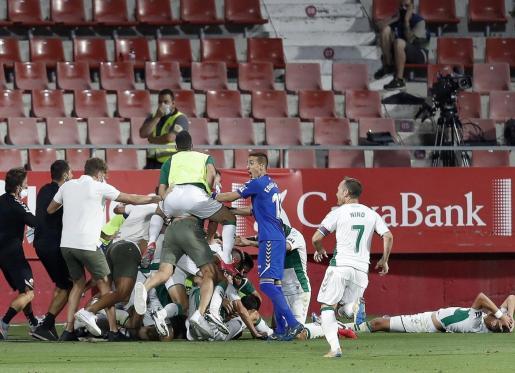 Los jugadores del Elche celebran el gol de Pere Milla ante el Girona, durante el partido de vuelta de la eliminatoria final de ascenso a Primera.