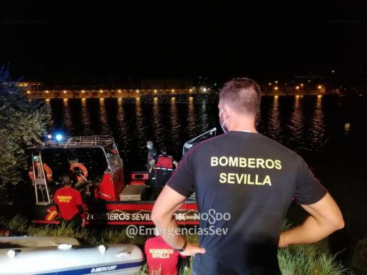 Labores de los servicios de emergencias en el río hasta bien entrada la madrugada.