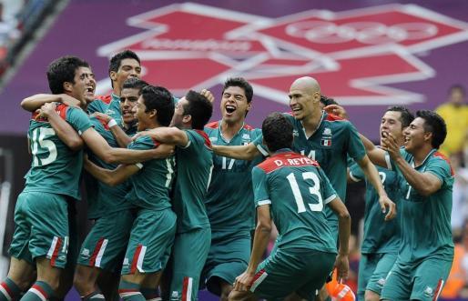 Los jugadores mexicanos se abrazan tras la final de fútbol de los Juegos Olímpicos de Londres 2012.