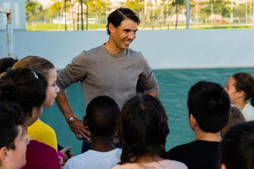 Rafa Nadal hablando con un grupo de niños en su academia.