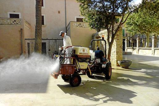 Los tractores y los voluntarios se hicieron protagonistas durante el estado de alarma con sus actuaciones para desinfectar las calles y zonas públicas de los pueblos de Mallorca. Ahora estas imágenes se repiten, como es el caso de la imagen en sa Pobla.
