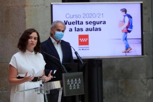 La presidenta de la Comunidad de Madrid, Isabel Díaz Ayuso (i), y el consejero de Educación, Enrique Ossorio (d), anuncian el plan para la vuelta al colegio en la Comunidad de Madrid.