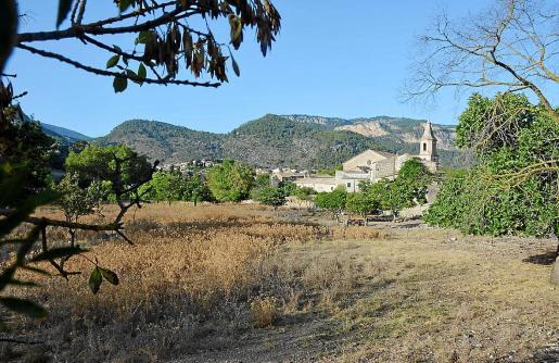 La unidad de actuación donde se preveía una nueva urbanización se encuentra entre la iglesia y el torrente.