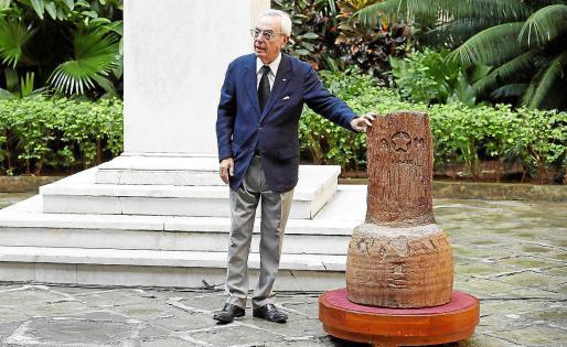 El historiador cubano Eusebio Leal, junto a la silla de Maceo.