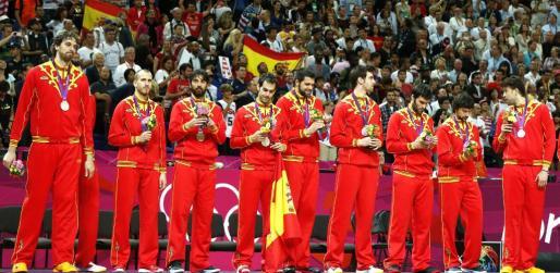 Los jugadores de la selección española en el podio tras ganar el equipo la medalla de plata en la final olímpica de baloncesto.