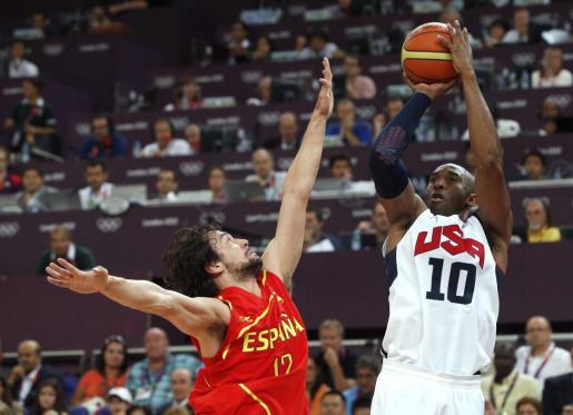 El base español Sergio Llull (i) defiende al estadounidense Kobe Bryant durante la final olímpica de baloncesto.